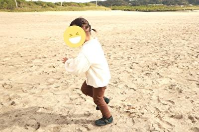 の白いブラウスを着ている娘の横からの写真