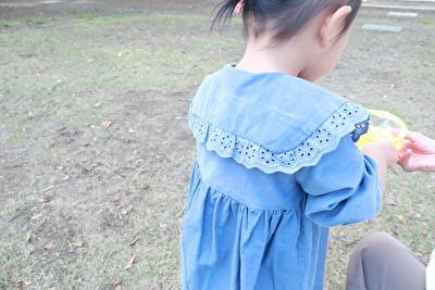 ZARABABYの3-4歳用の水色のワンピースを着ている娘の斜め後ろから撮った写真