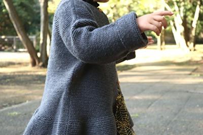 ZARABABYの3-4歳サイズのグレーのニットカーディガンを着ている娘の腕部分のアップの写真