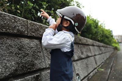 nicco×こどもビームスの茶色い子供用ヘルメットを被っている娘の横姿