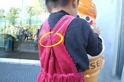 ZARABABYの3‐4歳サイズの赤いサロペットを着ている娘の写真の背中のストラップ部分のアップの写真