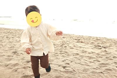 ZARABABYの3-4歳用の白いブラウスを着ている娘の写真