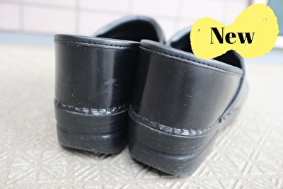 ダンスコの黒のプロフェッショナルの新しい靴をかかとから撮った写真