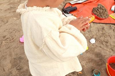 の白いブラウスを着ている娘の袖のアップの写真