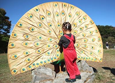 ZARABABYの3‐4歳サイズの赤いサロペットを着ている娘の後ろ姿の写真