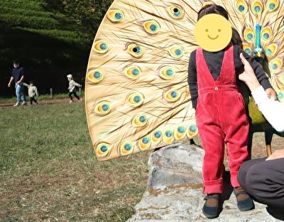 ZARABABYの3‐4歳サイズの赤いサロペットを着ている娘の写真