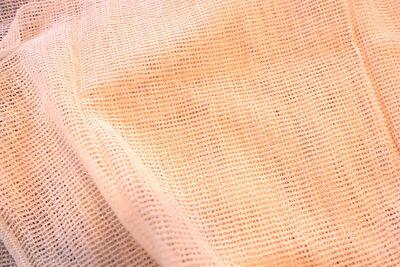 蒸篭に使う蒸し布を広げている写真