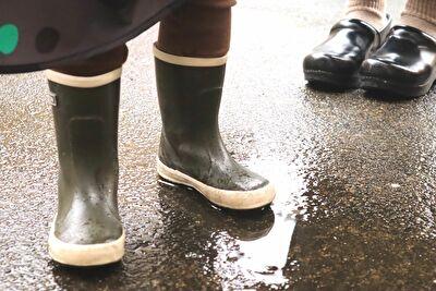 ベルグステインのダークグレーの15㎝のレインブーツを履いている娘の足元