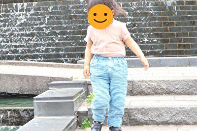 ZARABAYのベージュの半袖カットソーと緑のパンツを履いている娘