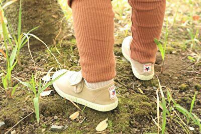 シエンタキッズのベルクロストラップのベージュの靴を履いている娘の足元の写真