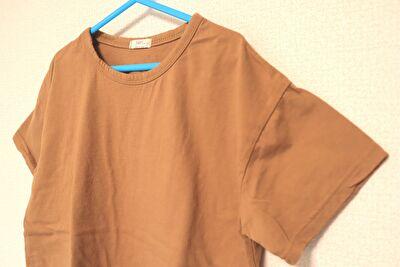 monmimiのoh basic tshirtのbrownの袖口