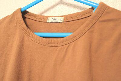 monmimiのoh basic tshirtのbrownの襟元