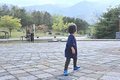 monmimiのmodal38topsのnavyのXLサイズを着ている娘の後ろ姿