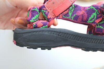 テバにHURRICANE XLT 2の黒×ピンクのサンダルのアウトソールを横から撮った写真