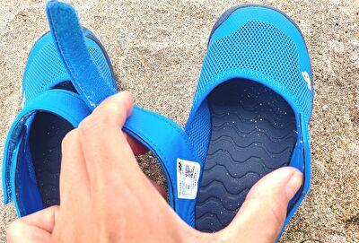 ニューバランスのYO208ブルーの履き口部分のベルトを広げているところ