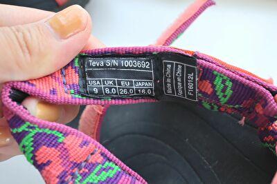 テバにHURRICANE XLT 2の黒×ピンクのサンダルのベルトの内側のサイズ表記の部分