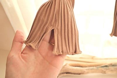ZARABABYの4-5歳(110㎝)サイズの黒のデニムのオーバーオールZARABABYの4-5歳(110㎝)サイズのベージュのレギンスの裾部分のスリット